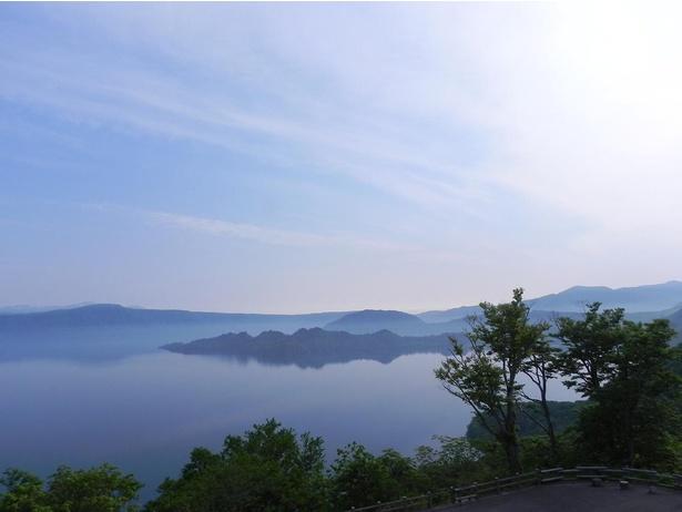 【写真】発荷峠展望台から望む、青く澄んだ十和田湖。風光明媚なスポット