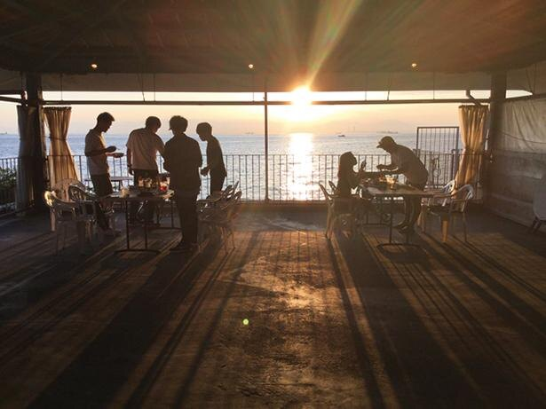 海に沈む夕日が美しい / アメリカンバーベキューハウス ブルーテーブル