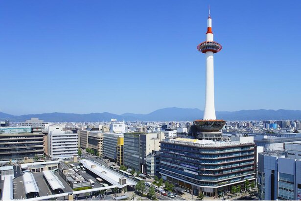京都駅中央口(烏丸口)を出ると正面に白いタワーが見える