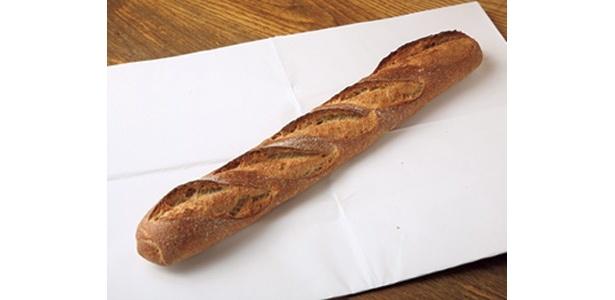 国産小麦パンの第一人者として注目を集めた高橋幸夫シェフの逝去で惜しまれつつも来春に閉店することになった「ブノワトン」の定番の収穫バケット(320円)