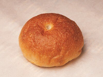 小麦アレルギー対策として米粉を使ったパン。ベーグル(168円)はふわふわなのに噛みごたえがある。 「ブーランジェリー ケ・サラ」(横浜市青葉区)
