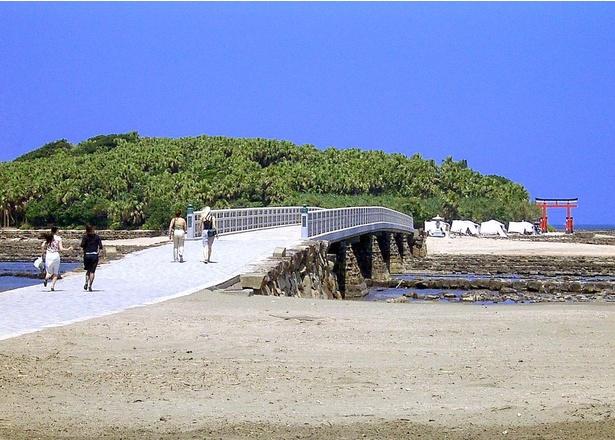 陸地と青島を結ぶ「弥生橋」。干潮時には「鬼の洗濯板」と呼ばれる岩場を望める