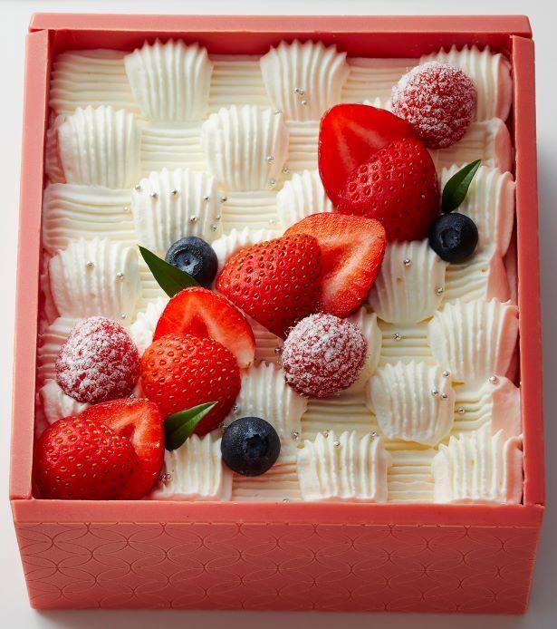 「玉手箱」の下段は嘉山農園の苺をふんだんに使用したショートケーキ
