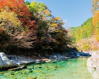 エメラルドグリーンの清流と紅葉の共演など、一度は見ておきたい!東海エリア&周辺の水辺の紅葉絶景3選