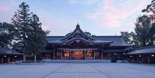 堂々と立つ美しい拝殿
