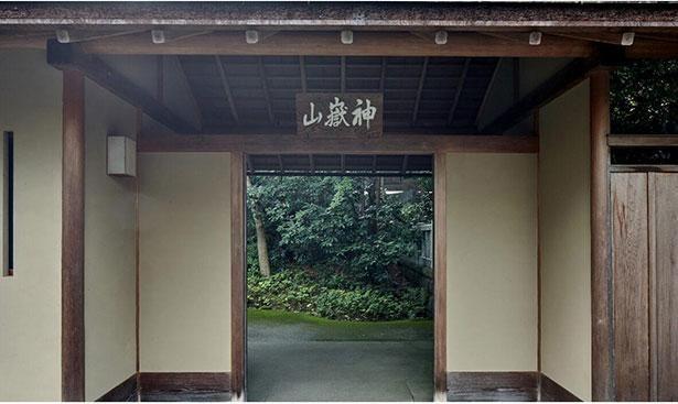 日本の伝統建築技術が集約された神苑の外門