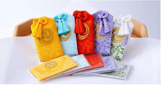 守袋型と財布等に入れるカード型の2種類がある