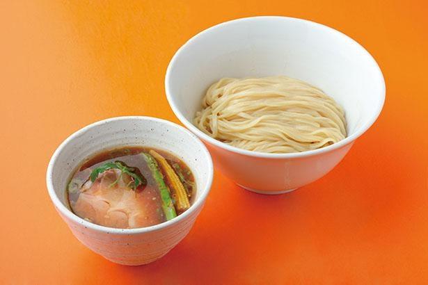 「鴨油の醤油つけ麺(並)」(税込950円)は、鶏、魚、貝の3重の旨味に鴨の甘味がプラスされた極上の味 / 麺屋 玉ぐすく