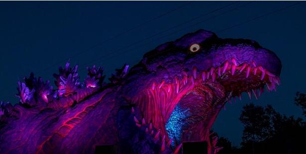 ゴジラは夜になるとライトアップされ、恐ろしくもロマンチックな雰囲気に