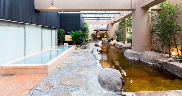 天然温泉を約38度と約43度の温度で用意。ヒノキの浴槽では炭酸泉・酸素泉を楽しめる