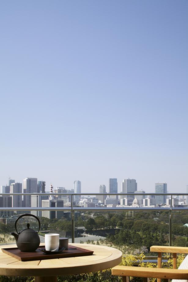 高層ビルを眺めながらテラス席で優雅にティータイムを