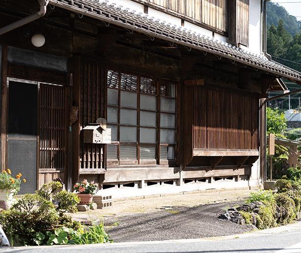 """格子窓と低い軒並みは当時の姿そのまま。宿場の東端と西端には""""はずれ""""という屋号の家が / 野尻宿"""