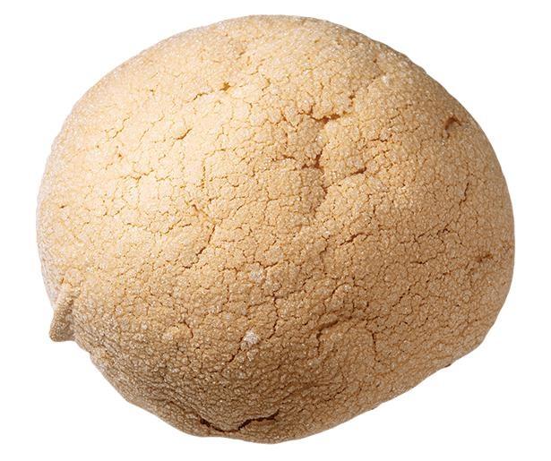 【写真】直径20cmの巨大なメロンパン!「大きいメロンパン」(税込720円) / 道の駅 大桑