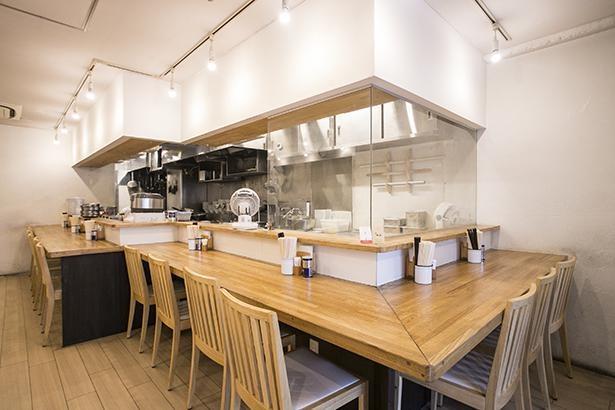 店内は、天井が高く、座席もゆったりと配置されているので居心地がよい