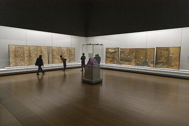 御即位記念 特別展「皇室の名宝」展示室風景。「皇室につどう書画 三の丸尚蔵館の名宝」で展示される近代絵画は百花繚乱のきらびやかさ