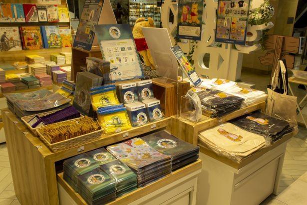 「くまのプーさん」の本やグッズを集めた常設コーナー