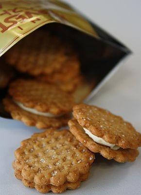 カマンベール、チェダー、パルメザン、クリームチーズを使用したチーズクリームをチーズ風味のハーベストでサンド