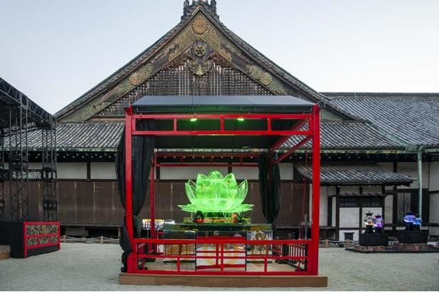 ハスの花を模したロータスリウム。金魚とハスが、背景の二の丸御殿にしっくりと溶け込む