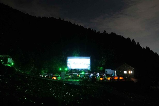 糸島のグルメを楽しみながら、森の中で映画鑑賞できる
