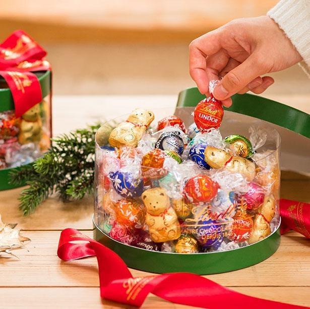 【写真】多彩なフレーバーのチョコレートが80個入った「リンドール クリスマスギフトボックス」はワクワク感たっぷり!