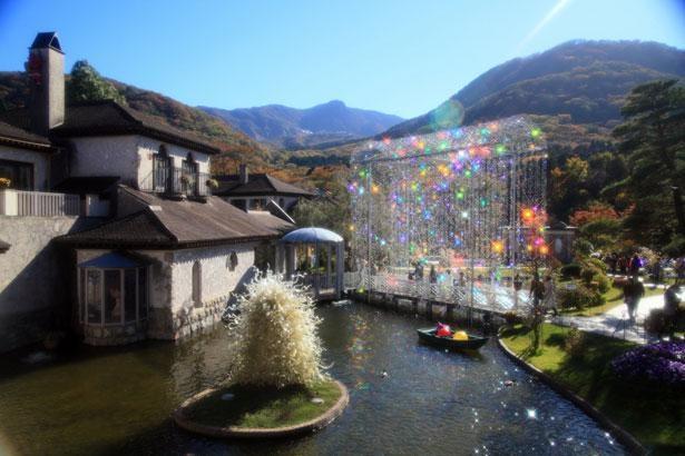 クリスタルガラスでできた「光の回廊」など、屋外でもアートの世界を楽しむことができる