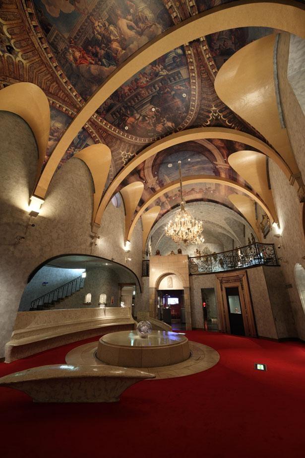 【写真】繊細で美しいヴェネチアン・グラスの数々を楽しめる、華やかな館内