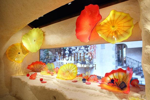 カラフルな色の組み合わせと流動的な形が特徴的な、ディル・チフーリの作品