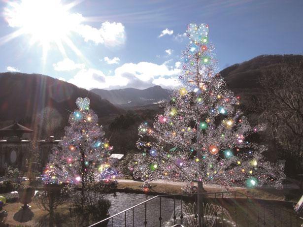 クリスマスツリーの先端を星からハートに交換した、「クリスタルガラスのラブツリー」