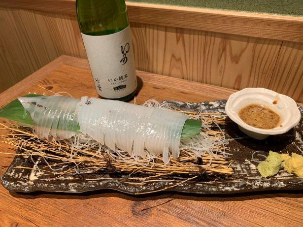 看板の「いかの刺身」は肝醤油で。イカ専用純米酒とともに