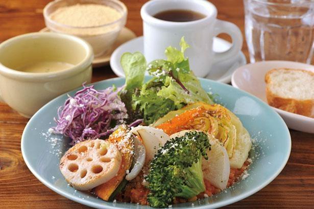人気のげんこつプリンも味わえる「1日の1/2分の野菜リゾットセット」(税込1450円)は手作りの味が好評 / びすとろ MARU