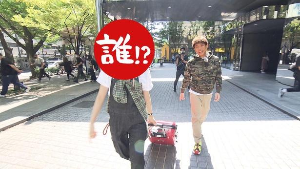 大阪で海外気分を味わえるという企画に、スーツケースを片手に楽しむ相方