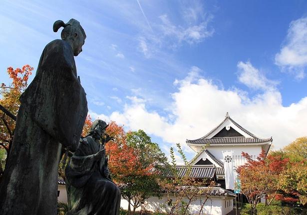 細川忠興(ただおき)・玉(ガラシャ)夫婦の銅像は撮影スポットの一つ /勝竜寺城公園