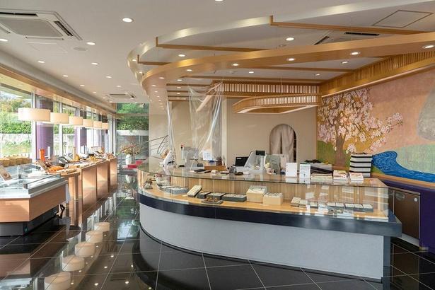 別館1階の和菓子店「明月菓寮 本店」では、鈴カステラ(1袋15個入り411円)が人気