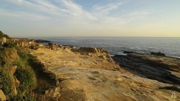 畳を幾重にも重ねたような岩の形状から「千畳敷」という名が付いたとか。ここから見る夕日は絶景!