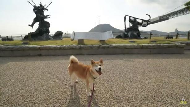 源平合戦の勇ましい銅像前にて。幕末の攘夷戦で長州藩が外国船に砲撃をした砲台跡もある