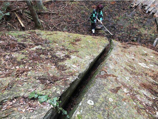 高さ約2メートル、幅約7メートルの巨石は上から見るとかなりの大きさ。足下がぬかるんでいるので長靴があると便利