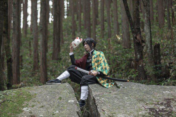水柱・冨岡義勇のコスプレをする人も。錆兎との切ないエピソードが思い起こされる場面を再現