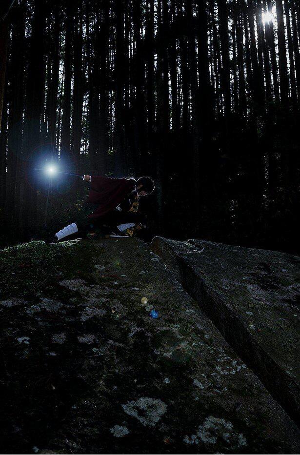 逆光をうまく利用した雰囲気抜群なショット!一刀石は後ろから簡単に登れるので、安全に配慮した上で登ってみて