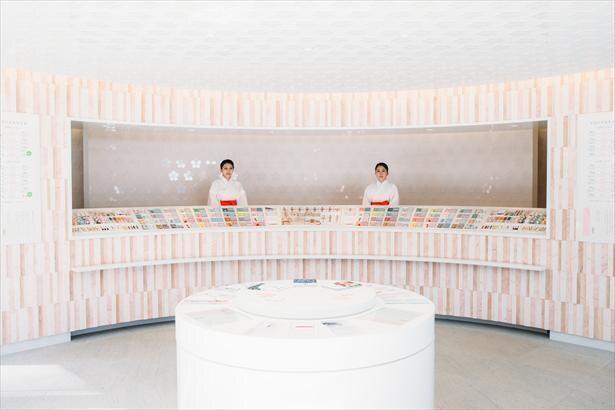 宝満宮 竈門神社は縁結びの名所としても有名で、授与所ではさまざまなお守りが並ぶ