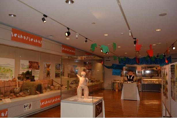 【写真】展示室内部は装飾が施されている