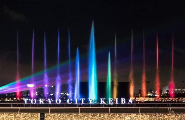 光と水の柱が立ち昇る「噴水ショー」