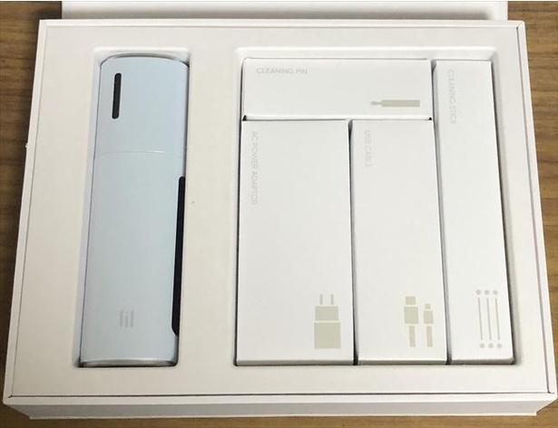 デバイスには充電用のACアダプタとUSB-Cケーブル、クリーニング用のピンとスティックが付属