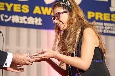 これからメガネをかけてほしい人として特別賞を受賞したスザンヌさん