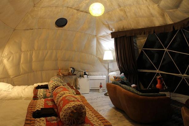 ドームテントの中にはベッドやソファが並ぶ。海側は透明になっているので景色もバッチリ眺められる