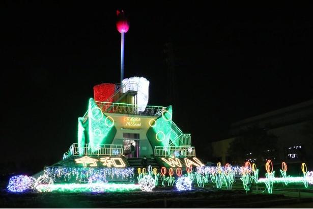 砺波チューリップ公園のシンボルであるチューリップタワーが装飾によって光り輝く