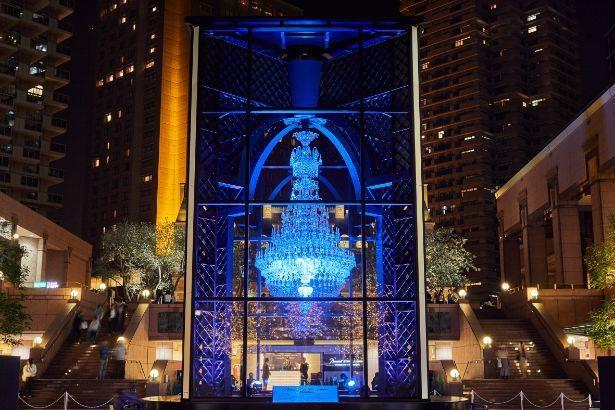 【写真】ブルーにライトアップされたバカラシャンデリア。医療従事者への感謝とエールが込められている