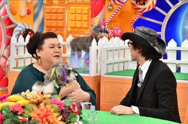 ドッグヘアの魅力を語る菊池亮さん(右)と、犬にメロメロなマツコ・デラックス(左)