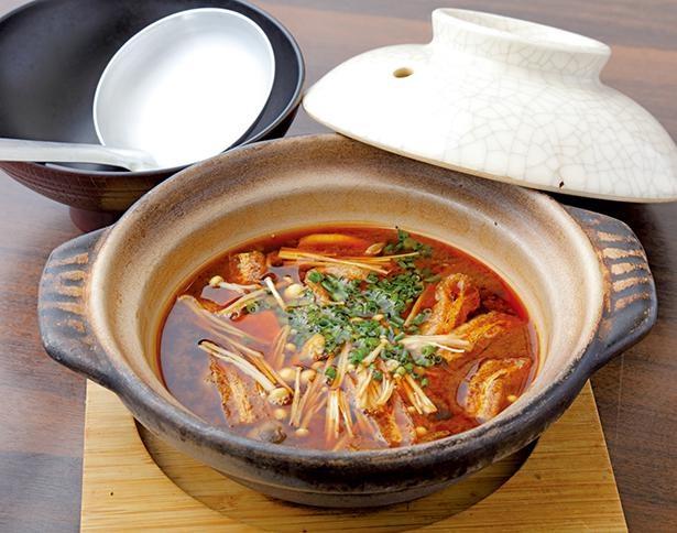 味噌汁はあつあつの土鍋で。豆腐やキノコが入り、具だくさんなのもうれしい / 百年亭