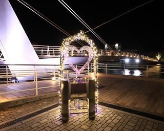 冬の港が幻想的な光に包まれる、福岡県北九州市の門司港で「門司港レトロ浪漫灯彩」開催中