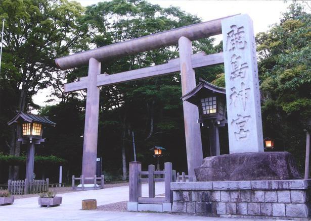 常陸国風土記(ひたちのくにふどき)では紀元前660年の創建と伝えられ、長い歴史を持つ鹿島神宮。日本全国に約600社ある鹿島神社の総本宮でもある